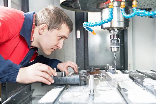 האם צריך לעבור הכשרה על מנת לעבוד עם מכונת CNC?